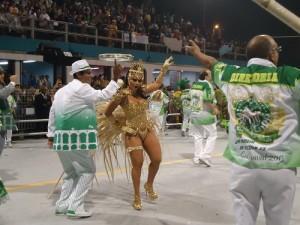Viviane Araújo cheia de charme pela Mancha Verde