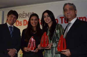 Rafaela Marques, do Beto Carrero ai centro, com Luciana Fernandes, da Empetur e mais dois agraciados da noite