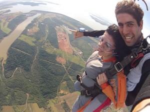 Eu e o João Victor, instrutor da Skydive sobre a Barragem de Itaipu