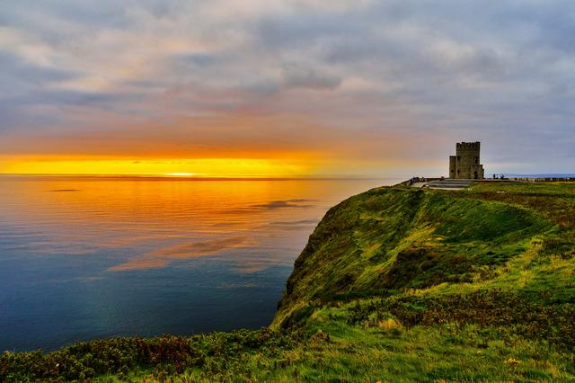 Vista do Pôr do Sol, a O'Brien's Tower fica no ponto mais alto das Cliffs