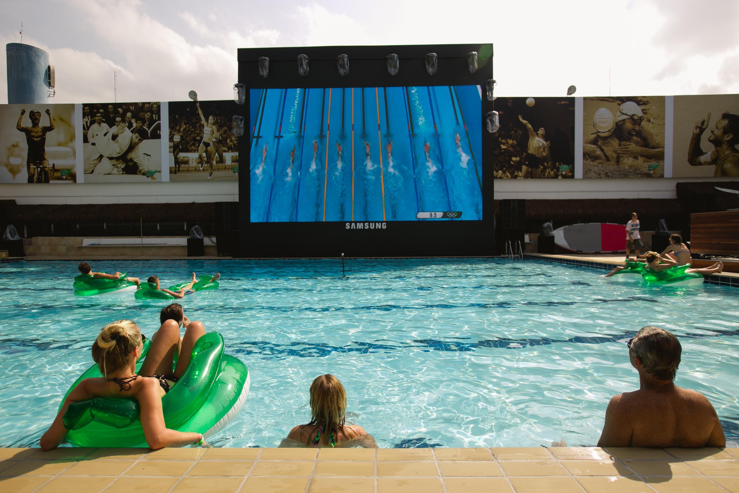 Assistir aos jogos nessa piscina maravilhosa é uma excelente opção nos dias quentes