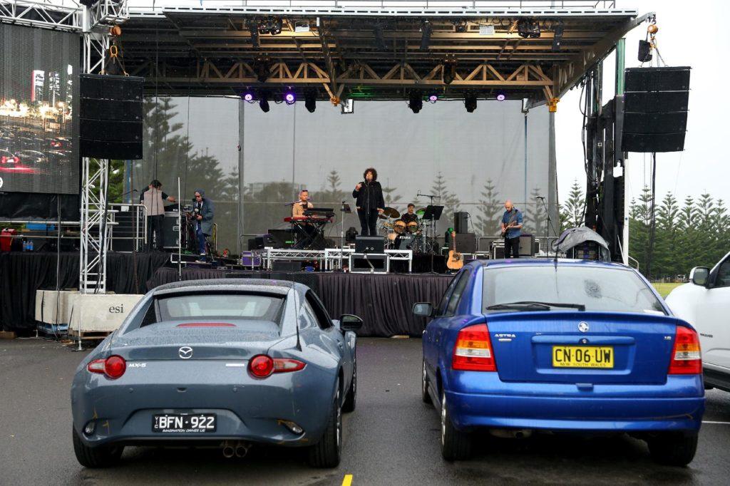 fas-de-musica-desfrutam-de-show-ao-vivo-em-drive-in-de-sydney