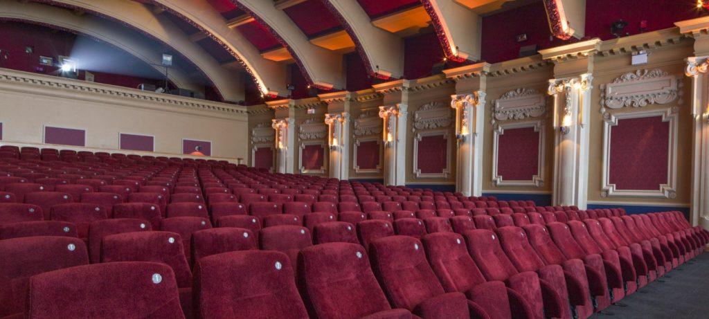 inglaterra-vai-reabrir-cinemas-museus-e-galerias-a-partir-de-4-de-julho